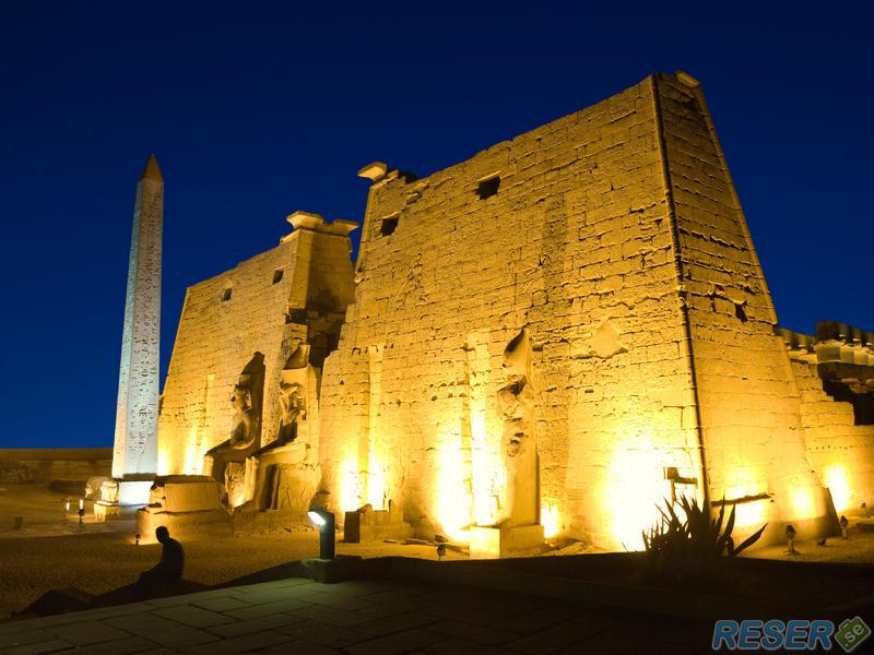Ingång till Tempel i Luxor, upplyst på kvällen