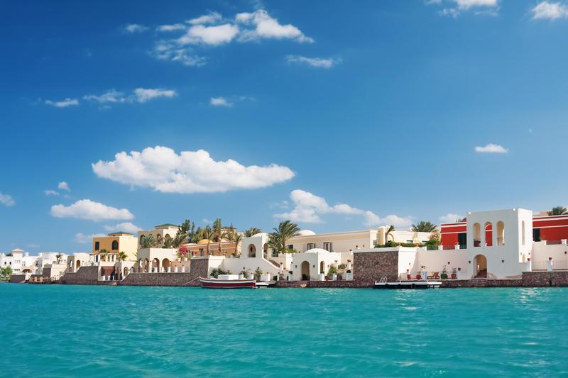 Härlig vy över staden El Gouna i Egypten, tagen till havs.