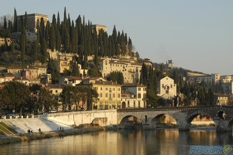 Verona i norra italien med vy över stader och floden på