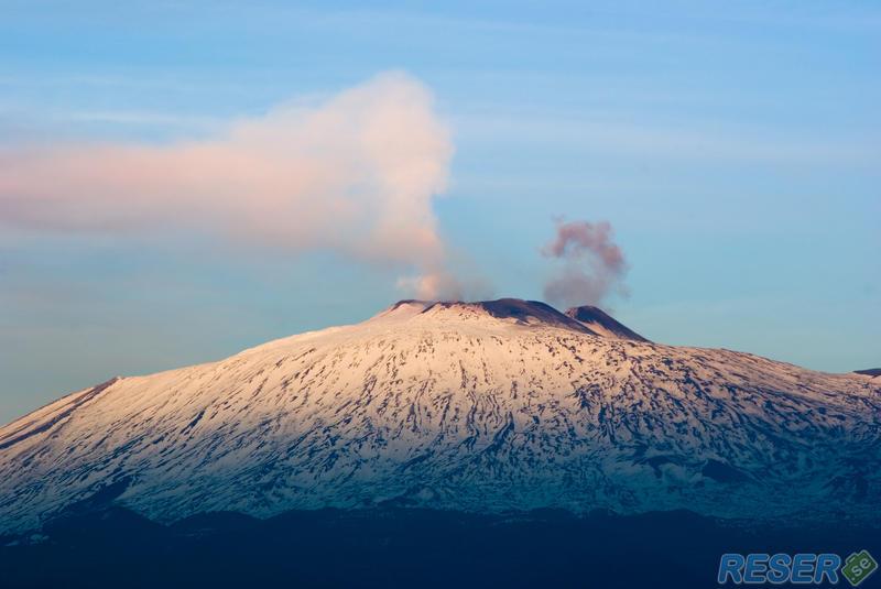 Volkanen Etna vid skymning på Sicilien, Italien