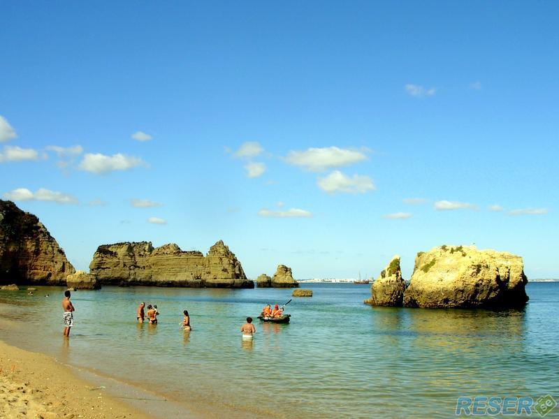 Stranden vid staden Lagos i Algarve, Portugal