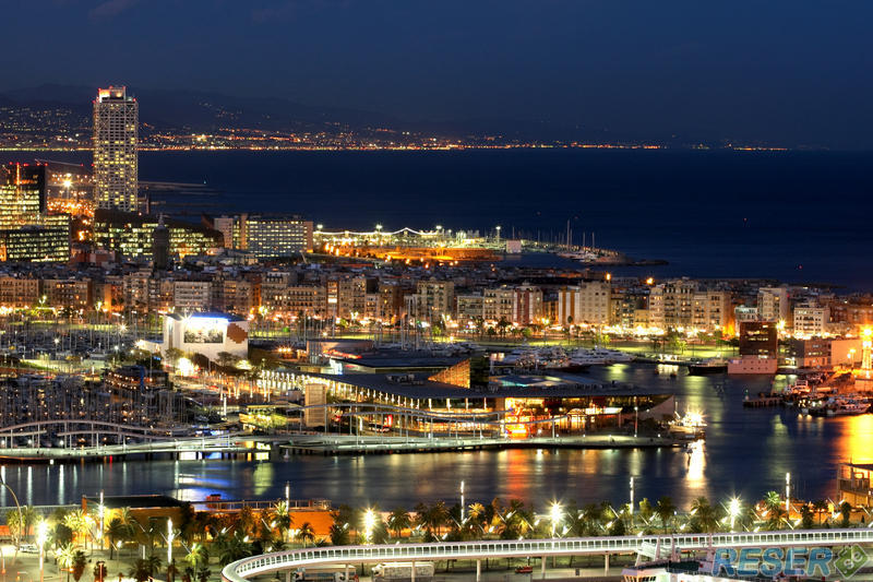 En översikt av Barcelona på natten